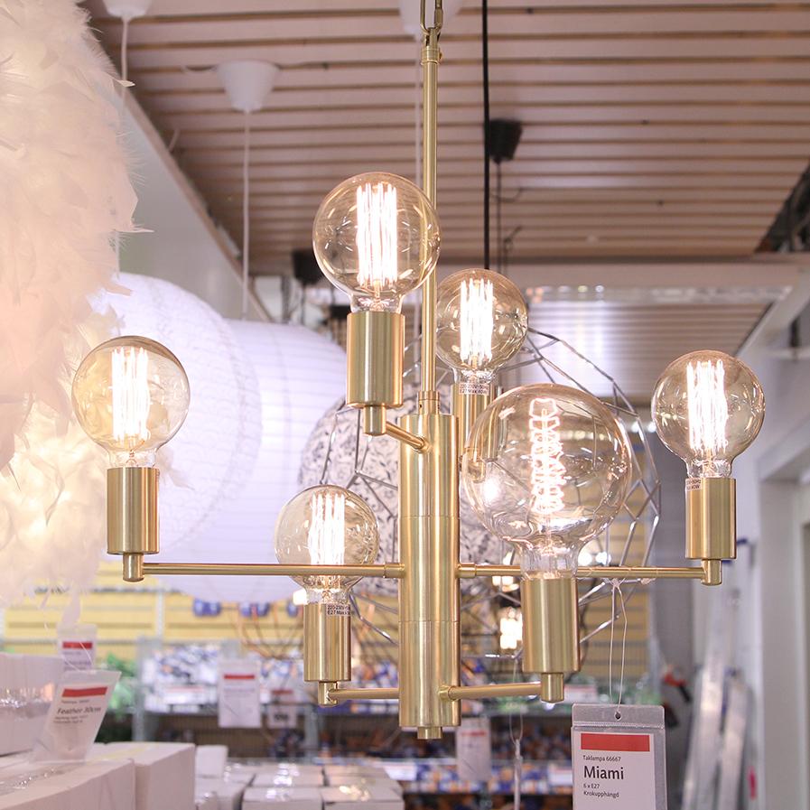 Taklampa i mässing med nakna glödlampor från Gekås Ullared