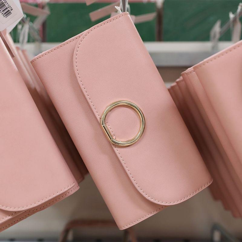 881468677442 Här kommer tips på matchande väskor och plånböcker! På väskavdelningen  väntar nu flera härliga väskor och plånböcker som är perfekta till din  sommaroutfit.