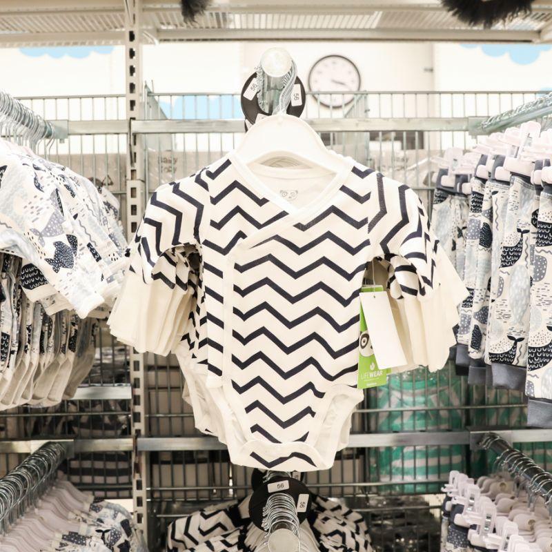 2fff3b7fa95d Här kommer lite inspiration på sommarkläder till de minsta barnen. Härliga,  ljusa färger och mönster på bodys, pyjamaser och luftiga klänningar.