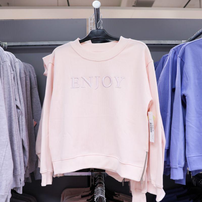 11e7955c05ca Tröjorna finns i sex olika färger och är snygga att matcha till både en  klänning, kjol eller ett par byxor för sommarens kyligare dagar.